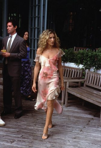 American actor Sarah Jessica Parker walks on the set of the TV series, 'Sex and the City' during production for the third season, February 14, 2001. (Photo by Craig Blankenhorn/HBO Television/Getty Images)