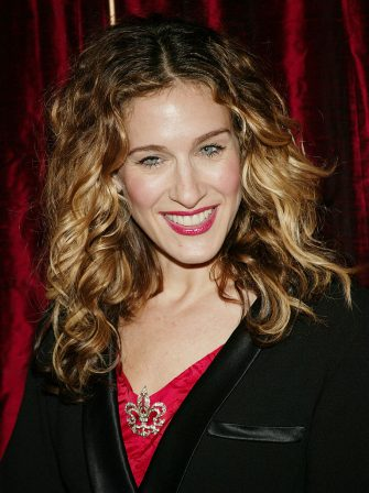 NEW YORK - NOVEMBER 19:  Actress Sarah Jessica Parker hosts the Red Ribbon Celebration and unveiling of the Duke and Duchess of Windsor Brooch at The Cartier Mansion, November 19, 2003 in New York City. (Photo by Evan Agostini/Getty Images)