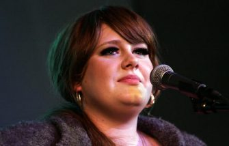 NEW YORK - NOVEMBER 14: Singer Adele performs at the Apple Store in Soho on November 14, 2008 in New York City. (Photo by Astrid Stawiarz/Getty Images)
