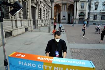 Iniziativa Piano City Milano, il musicista, il pianista Simone Quatrana suona il pianoforte sul Riscio' per le vie del centro citta', tra Piazza Scala e Brera (Duilio Piaggesi/Fotogramma, Milano - 2020-05-22) p.s. la foto e' utilizzabile nel rispetto del contesto in cui e' stata scattata, e senza intento diffamatorio del decoro delle persone rappresentate