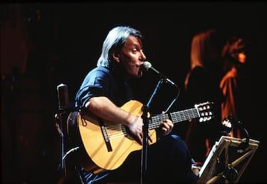 Italian singer-songwriter Fabrizio De Andrè performing his last concert at Teatro Brancaccio di Rome, Italy, 1998. (Photo by Luciano Viti/Getty Images)