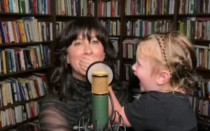 """Alanis Morissette """"disturbata"""" dalla figlia mentre canta via Skype"""