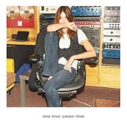 Carla Bruni ci accompagna in estate col singolo Quelque Chose