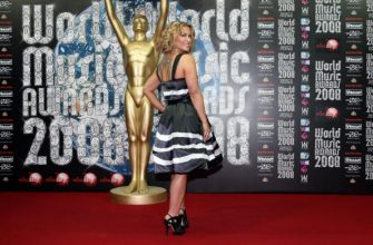 US singer and songwriter Anastacia poses upon their arrival for the World Music Awards 2008, on November 9, 2008 in Monaco. The World Music Awards Award is an international awards show with winners being named based on worldwide album sales. AFP PHOTO VALERY HACHE (Photo credit should read VALERY HACHE/AFP via Getty Images)