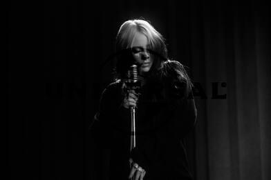Billie Eilish in bianco e nero per 007