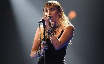 Miley Cyrus, l'esibizione sulle note del nuovo singolo Prisoner