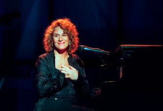 American Pop musician Carole King sits at the piano as she performs in the Theater at Madison Square Garden during People Magazine's 25th Anniversary Celebration 'Carole King, Making Music With Friends' concert, New York, New York, October 14, 1999. (Photo by Jack Vartoogian/Getty Images)