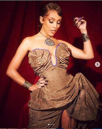 [galleria](KIKA) - LOS ANGELES - Taylor Swift in trionfo agli American Music Awards 2020: l'ex reginetta del country che adesso è anche reginetta del pop vince i tre premi più importanti, Artista dell'anno, migliore artista donna e miglior video con Cardigan e stabilisceun record: con sei vittorie complessive, è l'artista che ha vinto ilmaggior numero di voltenella categoria Artist Of The Year nella storia degli AMAs.LEGGI ANCHE:Jennifer Lopez show agli AMAs 2020, trasparenze e sensualitàTaylor però non era presente sul palco, impegnata in studio a ri-registrare i primi album dopo la lite con la precedente etichetta discografica che ne deteneva i diritti fino a ora. Se non c'era la vincitrice, allora chi c'era sul tappeto rosso?Sicuramente c'era l'argento: da Jennifer Lopez a Paris Hilton, dalla presentatrice Cara Delevingne a Taraji P. Henson, tutte - o quasi - hanno scelto di brillare, in questi tempi bui, ma chi non ha seguito i bagliori ha fatto comunque parlare di sé. Chi ha firmato i look? Lo scoprire nella gallery...[video mp4=https://www.kikapress.com/kikavideo/mp4/kikavideo_194975.mp4 id=194975]