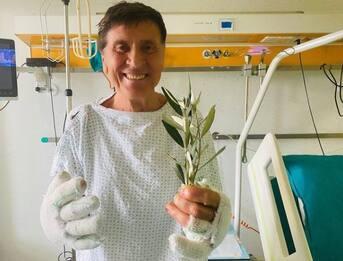 Gianni Morandi sta meglio e festeggia le Palme: la foto dall'ospedale