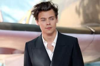 """(KIKA) - LOS ANGELES - Harry Styles potrebbe diventare un giorno il nuovo James Bond. Parola di Lee Smith, il montatore di 007 Spectre, che lo ha fatto saperea chiare lettere, piacevolmente sorpresodalla bravura dimostrata davanti alla macchina da presa dall'ex leader dei One Direction per il film Dunkirk.SFOGLIA LA GALLERY[galleria]""""Harry (Styles, ndr) potrebbe farlo. Se volessero un Bond più giovane, perché no? A me sembra la scelta giusta. à davvero bravo e sicuramente sarebbe ottimo nella parte. Ha un talento eccezionale ed è molto naturale davanti alla macchina da presa. Mi sembrava di avere a che fare con qualcuno con diversi anni di esperienza. Non avrei mai detto che Dunkirk fosse il suo primo film, io non lo conoscevo assolutamente, poi mia figlia mi ha spiegato che è difficile essere più famosi di Harry Styles. Se vorrà fare l'attore, immagino uno splendido futuro per lui"""".POTREBBE INTERESSARTI ANCHE: Meghan Markle era stata opzionata come nuova Bond GirlHARRY STYLES: ECCO IL SUO NUOVO ANGELO... DI VICTORIA'S SECRET[video mp4=https://www.kikapress.com/kikavideo/mp4/kikavideo_196192.mp4 id=196192]"""