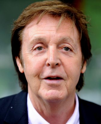 """(KIKA) - LONDRA - Che lo scioglimento dei Beatles non fosse stata un'operazione all'acqua di rose è cosa nota. La band britannica più famosa al mondo, la cui separazione è databile intorno al 1970, nonostante il divorzio venne reso ufficiale un anno dopo, arrivò al capolinea con un bagaglio di piccoli dissapori accumulati nel corso degli anni. Per ultimo il muro eretto da McCartney, Harrison e Starr di fronte all'entrata in scena di Yoko Ono, compagna-strega di Lennon da molti considerata la vera causa dello scioglimento dei Fab Four. A quarant'anni di distanza, una lettera non priva di rancori scritta da Lennon all'indirizzo di McCartney e della moglie Linda è emersa dagli archivi e sarà messa in vendita nel corso di un'asta online intitolata Profiles in History. In un estratto della missiva, che in base alle previsioni potrebbe raccogliere circa quarantamila sterline, si legge: """"Spero che vi rendiate conto dei comportamenti che voi e altri cortesi nonché altruisti amici avete tenuto nei confronti miei e di Yoko da quando stiamo insieme"""". La lettera, che nonostante le parole al vetriolo si chiude con un diplomatico """"Nonostante tutto, vi vogliamo bene"""", verrà battuta all'asta il 30 maggio."""