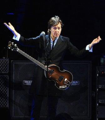 """(KIKA) - LOS ANGELES - Dopo cinque anni senza lanci di inediti, Paul McCartney ha voluto esagerare e preparare per i suoi fan due lavori nel solo 2013. Il primo, dal titolo poco elegante Kisses on the bottom, è uscito a febbraio. Secondo il mensile Billboard, ora dovrebbe arrivare il nuovo Lp, intitolato correttamente New, che potrebbe uscire a ottobre. Il 71enne non aveva pubblicato due album in un solo anno in 40 anni, ma il suo nuovo lavoro è già in prevendita su Itunes Brasile, dove è previsto in uscita il 14 ottobre. Per lanciarlo è stata pubblicata la prima canzone, a sua volta intitolata New, e McCartney ha voluto stuzzicare i suoi fan con parole collegate al nome su Twitter, come """"Orleans""""."""