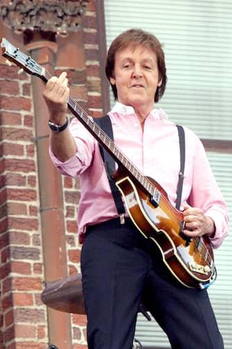 """(KIKA) - LONDRA - """"Peekaboo""""è la didascalia a corredo di una foto che ha fatto tornare milioni di fan di John Lennon e Paul McCartney la nostalgia dei Beatles. In Italiano vuol dire Cucù,loscatto è stato pubblicato dai figli dei musicisti, Sean Ono Lennon e James McCartney e li ritrae insieme: si tratta di uno scatto celebrativo di una delle coppie che hanno fatto la storia della musica.LEGGI ANCHE:Da Bowie a Ledger: le figlie delle icone che forse non conosceteI fan hanno sottolineato anche la somiglianza di Sean e James ai rispettivi padri: """"à come se John e Paul si guardassero allo specchio"""",ha scritto uno di loro. Entrambi figli d'arte, hanno seguito le carriere dei loro genitori, seppur con minore successo.POTREBBE INTERESSARTI ANCHE:Anche dall'aldilà sono una macchina da soldiSean, 42 anni, figlio di Yoko Ono e John Lennon, ha pubblicato Into The Sun nel 1998 e Friendly Fire nel 2006, oltre a un Ep e diversi singoli. James, 40 anni invece, è il quarto figlio di Sir Paul e Linda McCartney, ed ha collaborato col padre negli album Flaming Pie e Driving Rain, mentre con la madre in Wide Prairie ed ha pubblicato alcuni Ep."""