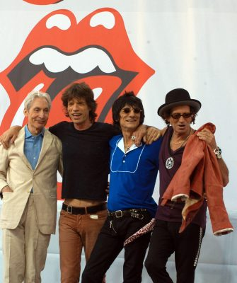 """(KIKA) - LOS ANGELES - Per la prima volta nella loropluridecennale carriera e nella storia di una band inglese, i Rolling Stones si esibiranno a Cuba, in un concerto gratuito organizzato alla Ciudad DeportivadeL'Avana per il prossimo 25 marzo, tre giorni dopo la storica visita nel Paese del presidente degli Stati Uniti d'America, Barack Obama.""""Abbiamo suonato in molti luoghi speciali nel corso degli anni, ma questo spettacolo sarà una pietra miliare per noi e speriamo che lo sia anche per tutti i nostri amici a Cuba"""", ha fatto sapere la band capitanata da Mick Jaggertramite una nota pubblicata sul sito.GUARDA ANCHE: Mick Jagger lancia il figlio James in Vynil"""