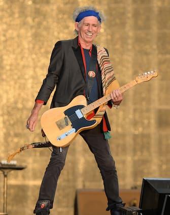 (KIKA) - LONDRA - Dopo l'esibizione con i Rolling Stones sul palco eretto a Hyde Park in occasione delBarclaycard British Summer Time, Mick Jagger ha festeggiato in anticipo i suoi 70 anni con un party organizzato al Loulou's Private Members Club nel celebre quartiere di Mayfair, a Londra.Il cantante, nato a Dartford il 26 luglio 1943, è arrivato alla festa insieme alla fidanzata L'Wren Scott, e ad attenderlo erano presenti, tra gli altri, quattro dei suoi sette figli: Georgia May, Jade, James, Elizabeth e la nipote Amba Jagger, figlia di Jade.Non potevano mancare gli altri componenti della band: Ronnie Wood, accompagnato dalla moglieSally Humphreys, e Charlie Watts.