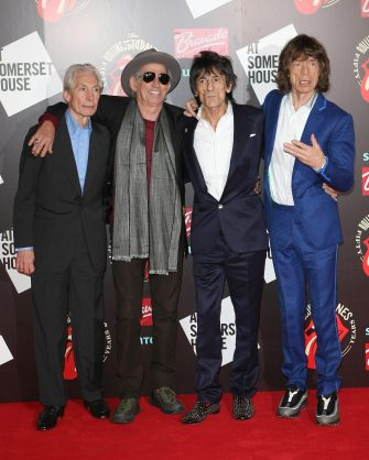 (KIKA) - LONDRA - I Rolling Stones compiono i loro primi cinquant'anni di attività. La mitica rock band ha festeggiato la ricorrenza presentando una mostra a loro dedicata che si terrà alla Somerset House di Londra fino al 27 luglio prossimo. I quattro musicisti non ne vogliono sapere di andare in pensione e decideranno a breve se tornare sul palco o in studio di registrazione per un nuovo disco.