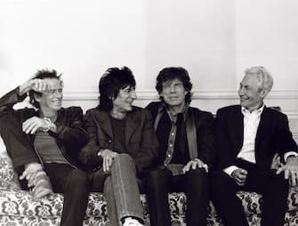 """[galleria](KIKA) - HOLLYWOOD - La prima pietra che smette di rotolare è quella di Charlie Watts,batterista e membro fondatore dei Rolling Stones, appunto.GUARDA ANCHE:Ronnie Wood e la lotta contro il cancro: """"Poteva essere la fine""""Il batterista è morto allâ  età di 80 anni, li aveva compiuti a giugno, 60 dei quali vissuti a fianco di Mick Jagger, Keith Richards e Ronnie Wood nella band più celebre al mondo. Il magazine Rolling Stone aveva eletto Watts nella lista dei migliori batteristi di tutti i tempi, si è piazzato al dodicesimo posto, mentre il suo patrimonio lo aveva fatto entrare tra i 50 musicisti britannici giù ricchi di sempre. Musicista dâ  estrazione blues ejazz, Watts sâ  Ã¨ unito agli Stones dal 1963 e a differenza dai compagni di una vita sâ  Ã¨ sempre distinto per il suo stile mai sopra le righe, difendendo con i le unghie e con i denti la sua privacy. Anche sul fronte sentimentale Watts ha deciso di discostarsi e parecchio da Richards e soci, scegliendo di legare la sua esistenza auna sola donna: la pittrice e scultrice Shirley Ann Shepherd, conosciuta prima ancora di iniziare la sua avventura nei Rolling Stones e dalla quale ha avuto la figlia Seraphina nel 1964.GUARDA ANCHE:I Rolling Stones fanno impazzire LuccaGuarito da un tumore alla gola nel 2004, Watts non ha superato il decorso post operatorio diun intervento dâ  urgenza al cuore."""
