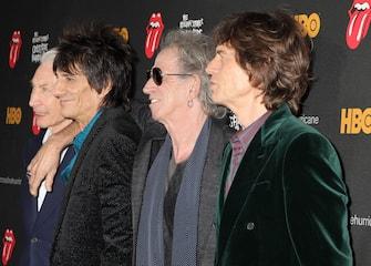 (KIKA) - NEW YORK - I Rolling Stones hanno partecipato alla premiere del docu-film a loro dedicato, The Rolling Stones Crossfire Hurricane. L'opera, diretta da Brett Morgen, ripercorre la straordinaria storia musicale e di vita di una delle band più amate di tutti i tempi. Per celebrare i 50 anni dalla nascita del gruppo, Mick Jagger e soci, oltre ad aver prodotto questo film, si esibiranno in quattro imperdibili concerti: il 25 e il 29 novembre a Londra. Il 13 e il 15 a Newmark nel New Jersey.