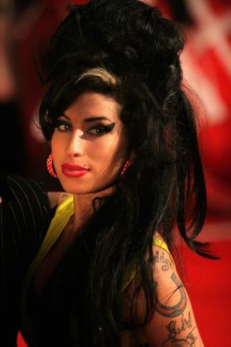 """(KIKA) - LOS ANGELES - Anche Amy Winehouse avrà il suo biopic. A rivelarlo è il padre dellacantante morta nel 2011, Mitch Winehouse, che insieme alla sua famiglia ha finalmente accettato la proposta di realizzare un film biografico sulla figlia.GUARDA ANCHE: Amy Winehouse torna sul palco grazie alla tecnologia""""Ora ci sentiamo in grado di celebrare la vita e il talento straordinario di Amy- ha spiegato Winehouse Senior - e sappiamo attraverso il lavoro compiuto dalla Amy Winehouse Foundation che la vera storia della sua malattia è in grado di aiutare così tante altre persone che potrebbero avere dei problemi simili. Abbiamo trovato dei fantastici produttori britannici che capiscono quello che Amy significava per le persone, oltre a un'illustre serie di progetti portati sul grande schermo e dedicatia storie di donne"""".POTREBBE INTERESSARTI ANCHE: Una statua per Amy Winehouse in Camden Street"""