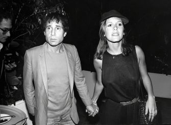 NEW YORK, NY - CIRCA 1980: Paul Simon and Carrie Fisher circa 1980 in New York City. (Photo by Robin Platzer/IMAGES/Getty Images)