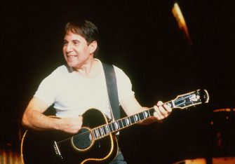 Paul Simon performs on stage, London, 1986. (Photo by Michael Putland/Getty Images)
