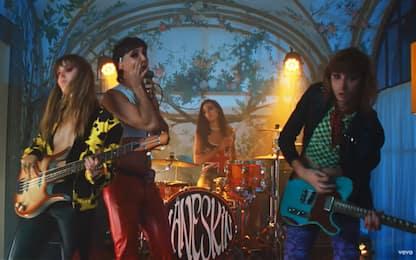 """Maneskin, il video di """"Mammamia"""": compagni di band """"uccidono"""" Damiano"""
