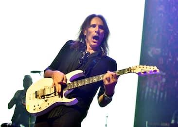 Steve Vai compie 60 anni, 10 cose da sapere sul chitarrista