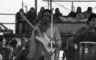 Jimi Hendrix performing his legendary 2 hour performance at Woodstock Music & Arts Festival held on Sam Yasgur s alfalfa field in Sullivan County in Bethal, New York on August 18, 1969. Hendrix insisted he close the festival and was scheduled to appear at midnight but due to delays did not take the stage until 9 am Monday morning. Most of the crowd had left for home by then and had dwindled from a whopping 500,000 to measly 80,000. ** HIGHER RATES APPLY ** CALL TO NEGOTIATE RATE **  Peter Tarnoff / MediaPunch PUBLICATIONxINxGERxSUIxAUTxONLY Copyright: xPeterxTarnoff/xMediaPunchx (Peter Tarnoff/ MediaPunch, via www.imago-images.de / IPA/Fotogramma, a - 1969-08-18) p.s. la foto e' utilizzabile nel rispetto del contesto in cui e' stata scattata, e senza intento diffamatorio del decoro delle persone rappresentate