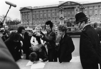 The Sex Pistols with their manager Malcolm McLaren signing a new contract with A&M Records after being dropped from EMI, outside Buckingham Palace, London, 10th March 1977. The contract was terminated after one week. (Photo by Graham Wood/Evening Standard/Hulton Archive/Getty Images)