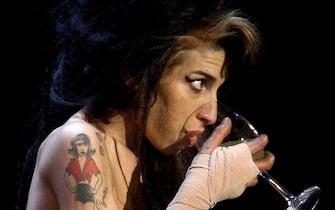 Amy Winehouse sul palco durante un concerto