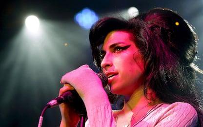 Amy Winehouse, la storia della cantautrice morta 10 anni fa. LE FOTO