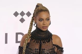 [galleria](KIKA) - LOS ANGELES - Sarà Beyoncé la protagonista dei Grammy Awards 2021? A guardare le nomination annunciate dalla Recording Academysi ha una prova più che un indizio.GUARDA ANCHE:Blue Ivy, il cameo con mamma Beyoncé in Black is KingQueen B ha infatti collezionato più candidature di chiunque altro per la magica notte del 31 gennaio 2021, ottenendo anche le nomination alle categorie più prestigiose. Sono in tutto nove le candidature messe in fila dalla moglie di Jay Z, tra cui spiccano miglior disco, miglior performance e perfino il miglior film musicale.Seguono Dua Lipa e Taylor Swift con sei nomination, Billie Eilish con cinque, Megan Thee Stallion e Justin Bieber si fermano a quattro candidature, con il primo fortemente indiziato per il ruolo di rivelazione dellâ  anno, mentre le tre nomination di Harry Styles prefigurano, a sorpresa, un suo ruolo da semplice comparsa.GUARDA ANCHE:Grammy Awards 2020, Billie Eilish cannibalizza la kermesseIl presentatore della 63esima edizione dei Grammy sarà lo stand up comedian statunitense Trevor Noha, la cerimonia avrà come sede principale lo Staples Center di L.A., ma come accaduto in altre kermesse durante la pandemia, molti collegamenti avverranno dal remoto.Best recordBlack ParadediBeyoncéColorsdi Black PumasRockstardi DaBaby conRoddy RicchSay Sodi Doja CatEverything I WanteddiBillie EilishDonâ  t Start Nowdi Dua LipaCirclesdiPost MaloneSavagediMegan Thee Stallion e BeyoncéAlbum dellâ  annoChilombodi Jhené AikoBlack Pumas(Deluxe Edition)di Black PumasEveryday Lifedi ColdplayDjesse Vol.3di Jacob CollierWomen In Music Pt.IIIdi HaimFuture NostalgiadiDua LipaHollywoodâ  s Bleedingdi Post MaloneFolklorediTaylor SwiftBest songBlack Paradedi Denisia Andrews, Beyoncé, Stephen Bray, Shawn Carter, Brittany Coney, Derek James Dixie, Akil King, Kim â  Kaydenceâ   Krysiuk e Rickie â  Casoâ   Tice perBeyoncéThe Boxdi Samuel Gloade e Rodrick Moore perRoddy RicchCardigandi Aaron Dessner e Taylor Swift perTaylor SwiftCirclesdi 
