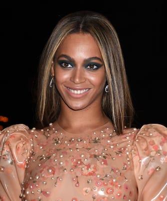 (KIKA) â   NEW YORK -. Sul red carpet dell'Anna Wintour Costume Institutedi New York, è andata in scena la passerella degli ospiti del MET Gala 2016,lâ  evento più glamour dellâ  anno.Uno show che, questâ  anno, ha raccontato il rapporto tra moda e tecnologiae le star si sono alternate sul tappeto rosso con una serie di outfit memorabili.A saltare agli occhi più di tutti è stato il look dark di Taylor Swift, che si è presentata con un abito argentato firmato da Luis Vuitton, ben diversa dalla ragazza country alla quale siamo abituati.Per Kerry Washington, il MET è stata la prima uscita pubblica dopo lâ  annuncio della seconda gravidanza. Lastar diScandal,di recente apprezzata nel film della HBOConfirmationnei panni di Anita Hill, è in attesa del secondo figlio dal marito, lâ  ex giocatore di footballNnamdi Asomugha.Tra le altre star degne di nota, merita una menzione a parte Lily Rose Depp che a soli sedici anni ha incantato i fotografi sul red carpet avvolta in uno splendido abito firmato da Chanel. I geni da star non mentono mai. Guarda tutte le star sul red carpet!