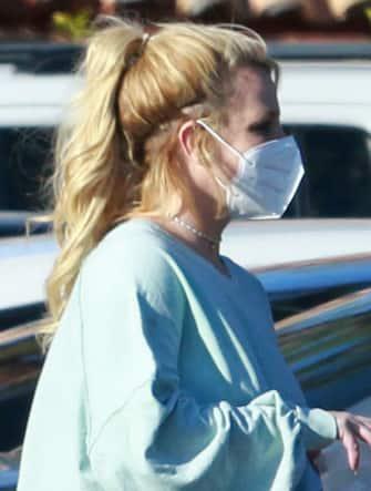 """[galleria](KIKA) - LOS ANGELES - Britney Spears e il padre James alla resa dei conti: dopo 13 anni di tutela legale la popstar chiede al tribunale di essere liberata dal padre-padrone verso il quale lancia accuse pesantissime.LEGGI ANCHE:Infine Britney Spears getta la maschera! Le sue paroleNell'udienza - a distanza - Britney ha attaccato il padre accusandolo di manipolare la sua vita, come quando la obbligò ad assumere litio perché potesse andare in scenaa Las Vegas, e di controllare la sua capacità ela possibilitàdi crearsi una famiglia con il fidanzato Sam Ashgari e avere altri figli.GUARDA ANCHE:Lucchetto ai soldi di Britney Spears, il padre resta tutore""""Voglio sposarmi e avere un bambino - ha detto la popstar -Volevo farmi togliere la spirale e avere un bambino, ma i miei tutori non me lo fanno fare perchénon vogliono che abbia un bambino"""".Non solo:""""Sono traumatizzata. Non sono felice, non riesco a dormire. Sono arrabbiata, piango tutti i giorni"""", ha dichiarato Britney. E ora il suo legale è pronto a riscattarla dalla famiglia che la opprime.[video mp4=https://www.kikapress.com/kikavideo/mp4/kikavideo_300862.mp4 id=300862]"""