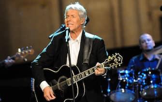 Claudio Baglioni durante il concerto per i terremotati de L'Aquila