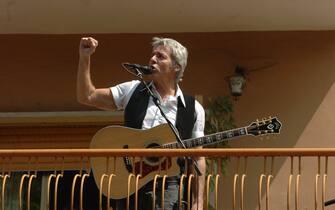 Claudio Baglioni concerto sul balcone