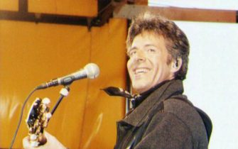 Claudio Baglioni durante un concerto negli anni '90