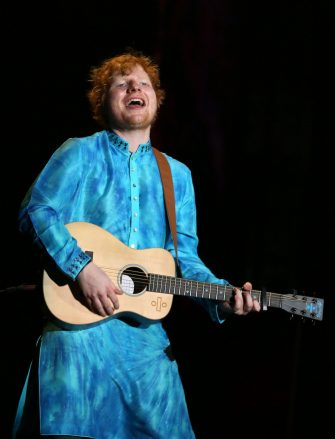 epa06338902 British singer-songwriter Ed Sheeran performs during a concert in Mumbai, India, 19 November 2017, as part of his 'Divide' world tour.  EPA/DIVYAKANT SOLANKI ONE TIME USE ONLY  EDITORIAL USE ONLY/NO SALES/NO ARCHIVES