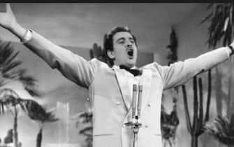 [galleria](KIKA) - SANREMO - Il Festival di Sanremo che si appresta a debuttare, Covid e Amadeus permettendo, compie quest'anno 70 anni. Erano le 22 del 21 gennaio 1951 quando la radio trasmise la prima di tre serate di quello che sarebbe diventato il principale evento del nostro Paese. A vincere fu Nilla Pizzi con Grazie dei Fior.GUARDA LO SPECIALE SANREMO 2021Il Festival arrivò in tv nel 1958: di quell'edizione si ricorda la celeberrima Volare, il cui titolo originale era Nel blu dipinto di blu e anche se oggi la consideriamo un classico, quella sera sul palco l'interpretazione venne considerata alternativa, certo non quanto la presentazione di spalle di Adriano Celentano qualche anno più tardi.LEGGI ANCHE:Quando Sanremo fa rima con scandalo!Dal casinò al teatro Ariston, a Sanremo si sono avvicendati scandali, censure, imprevisti (alcuni pilotati), storia, canzoni: ecco 10 chicche sulla manifestazione.[video mp4=https://www.kikapress.com/kikavideo/mp4/kikavideo_201201.mp4 id=201201]