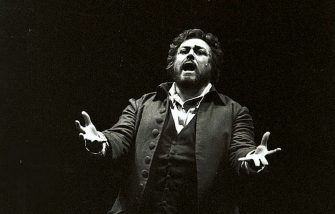 Italian opera singer and tenor Luciano Pavarotti (1935 - 2007) performs in the Florida Grand Opera's production of Giacomo Puccini's 'Tosca,' Miami, Florida, 1981. (Photo by John Pineda/Getty Images)