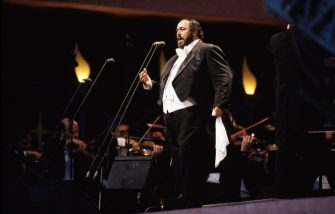 Italian tenor Luciano Pavarotti (1935 - 2007) gives a free open air concert in London's Hyde Park, 30th July 1991. (Photo by Michael Putland/Getty Images)