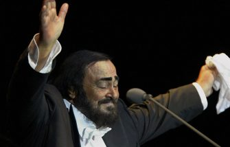 HAMBURG, GERMANY:  Italian tenor Luciano Pavarotti waves goodbye at the end of his German farewell concert in Hamburg 21 August 2004, part of his Worldwide Farewell Celebration Tour.  Pavarotti, now 68, will perform in 34 concerts around the world ahead of his retirement from the stage by the time he turns 70 in October 2005. AFP PHOTO DDP/DAVID HECKER      GERMANY OUT  (Photo credit should read DAVID HECKER/DDP/AFP via Getty Images)