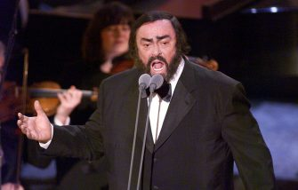 LOS ANGELES, UNITED STATES:  Singer Luciano Pavarotti performs at the 41st Grammy Awards at the Shrine Auditorium in Los Angeles, 24 February. The annual event is sponsored by the National Academy of Recording Art and Sciences.     (DIGITAL IMAGE) Hector MATA/hmb (Photo credit should read HECTOR MATA/AFP via Getty Images)