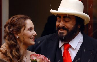 MODENA, ITALY - DECEMBER 13: Opera star Luciano Pavarotti and Nicoletta Mantovani smile as they leave the Teatro Comunale at the end of their wedding December 13, 2003 in Modena, Italy. (Photo by Franco Origlia/Getty Images)