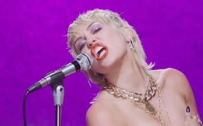 Super Bowl 2021, Miley Cyrus apre la finale di NFL su TikTok. VIDEO