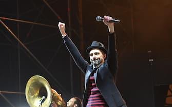Samuel dei Subsonica sul palco durante la festa di Capodanno in piazza San Carlo a Torino, 31 dicembre 2016. ANSA/ALESSANDRO DI MARCO