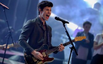 epa06761129 Canadian singer/songwriter Shawn Mendes performs on stage during the final of TV program 'Germany's Next Topmodel' by Heidi Klum in Duesseldorf, Germany, 24 May 2018. It is the 13th edition of the annual model casting reality television series hosted by German model Heidi Klum.  EPA/FRIEDEMANN VOGEL