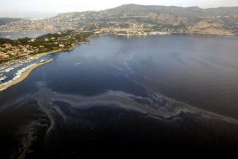 Beaulieu-sur-Mer, FRANCE:  Picture taken 24 October 2005 in Beaulieu-sur-Mer, southern france, of a hydrocarbon spill following a hydrocarbon pollution reaching the coast overnight. Some 7.000 metre square of coast have been spoiled by hydrocarbons following a possible cleaning out in high waters. AFP PHOTO VALERY HACHE  (Photo credit should read VALERY HACHE/AFP via Getty Images)