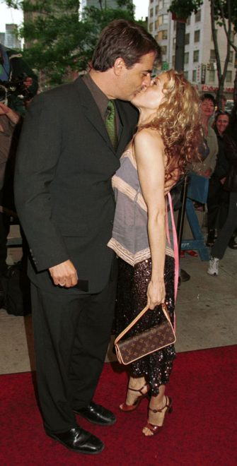 "370275 07: Actress Sarah Jessica Parker receives a kiss from actor Chris Noth as they attend the Home Box Office Premiere of ""Sex And the City,"" May 30, 2000 at the UA Theatre in New York City. (Photo by George De Sota/Liaison)"