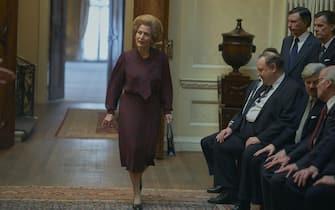 """(KIKA) - LONDRA - Emma Corrin veste i panni di Lady Diana e, come nella terza stagione,Joshua Oâ  Connor quelli del principe Carlo: la quarta stagione di The Crown si preannuncia bollente, entrando nella fase più mediatica vissuta dai Windsor, quella riguardante l'epopea vissuta tra la principessa triste e il figlio della Regina Elisabetta II.GUARDA ANCHE:The Crown, la sfida di Gillian Anderson: sara' Margaret Thatcher[galleria]Ecco le prime immagini ufficiali distribuite dalla piattaforma Netflix. In merito al suo personaggio, l'attrice inglese aveva dichiarato: """"Lady Diana era un'iconae il suo effetto sulle persone è stato profondo e digrande ispirazione,esplorare la sua personalità attraverso la scrittura di Peter Morgan è un'opportunità eccezionale e farò di tutto perrenderle giustizia"""".GUARDA ANCHE:The Crown: Emma Corrin con l'abito da sposa di Lady DianaLa quarta stagione di The Crown partirà il15 novembree racconterà il periodo delfidanzamento e i primi anni di matrimoniotra il principe Carlo e Diana, prima della bufera che li coinvolse."""